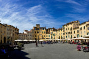 Piazza dell'Anfiteatro, Lucca. Egykor itt gladiátorok küzdöttek egy hatalmas amfiteátriumban, most Lucca egyik legjobb helye az ovális tér.