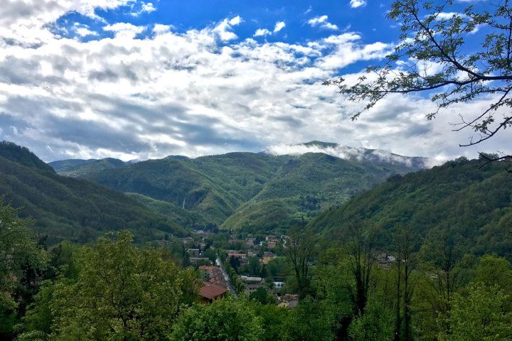 Az út Garfagnana felé a folyóvölgyben kanyarog.