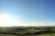 A lemenő Nap árnyékokat vet a dombokon