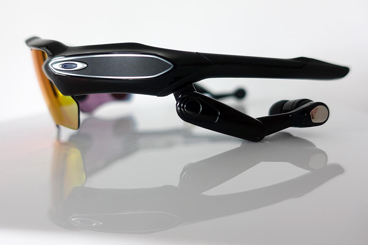 Oakley Radar Pace okosszemüveg. A szemüveg oldalán az érintőpanel szép és  esztétikus kialakítású. a1cceda06a