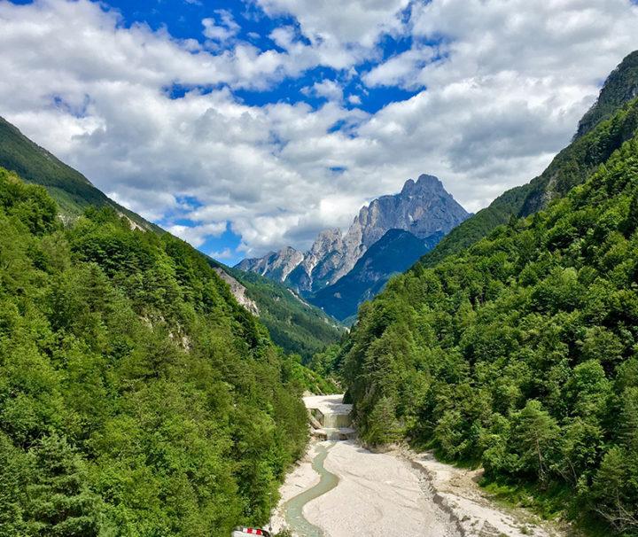 A millenniumi túra egyik legszebb panorámája a Fella folyó völgyében (háttérben Visocco faluja).