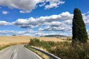 Volterra felé, a háttérben a város