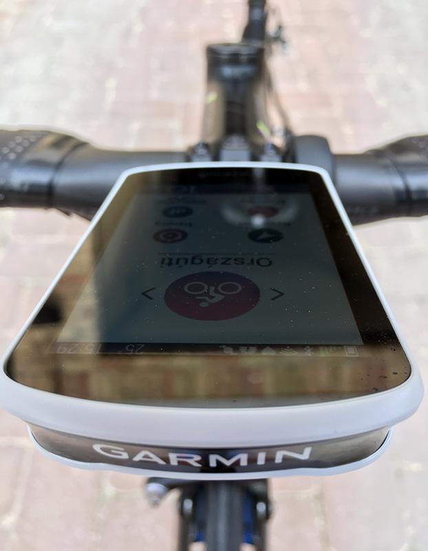 Az óra előröl eléggé dinamikusnak, szép a Garmin felirat rajta.