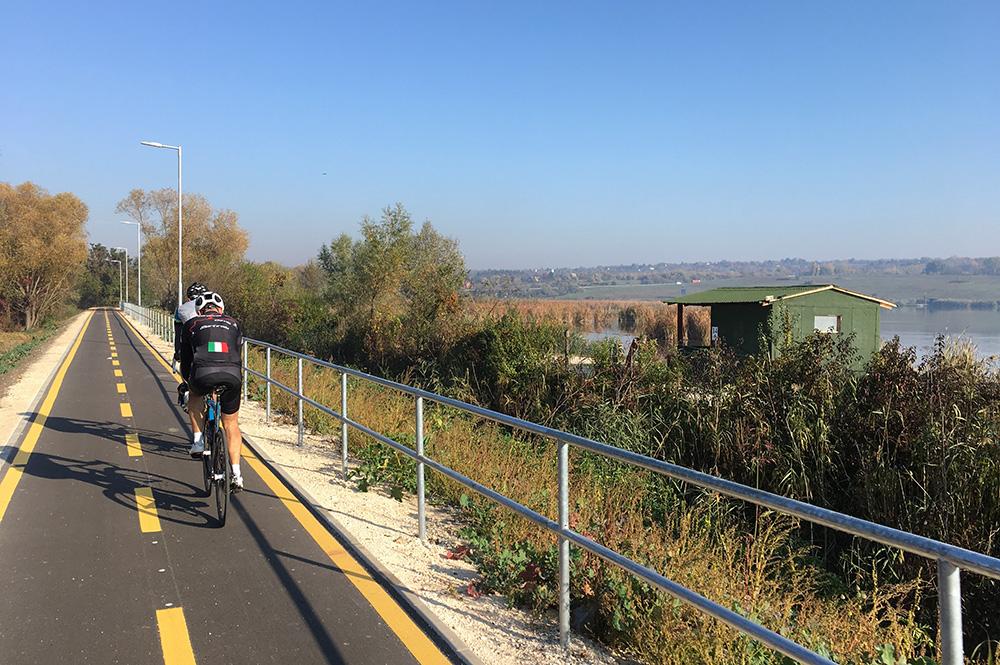 A Csapdi horgásztó mellett és között kerékpározunk el.