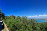 Úton Populoniába, háttérben a Baratti-öböl.